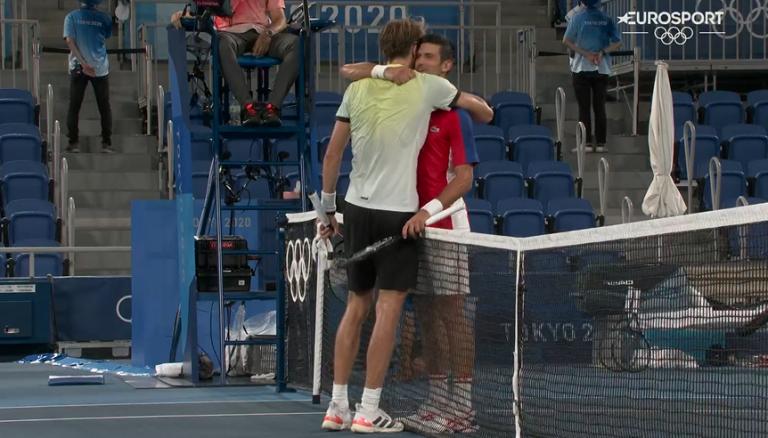 Zverev pediu desculpa após derrotar Djokovic: «És um dos melhores de sempre»