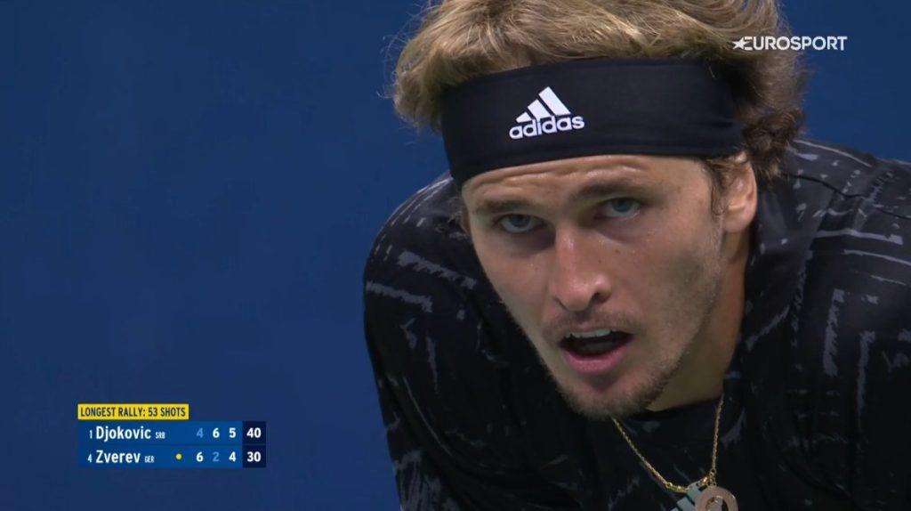 [VÍDEO] SURREAL! Zverev salva set point contra Djokovic após… 53 (!) pancadas