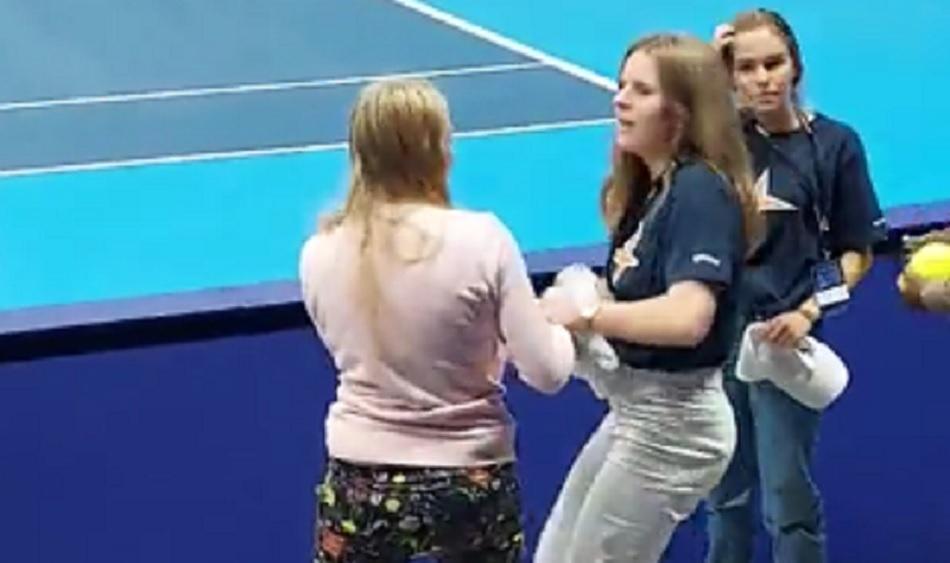[VÍDEO] É de ouro? Duas jovens lutam pelo toalha de Murray em Antuérpia